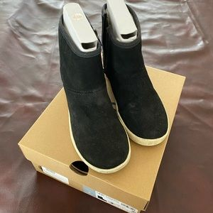 Kids zipper uggs US size 3. Only worn once